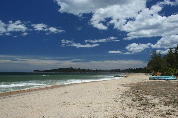 Arugam Bay Beach   Image Courtesy: By Kondephy (Own work) [CC BY-SA 4.0], via Wikimedia Commons