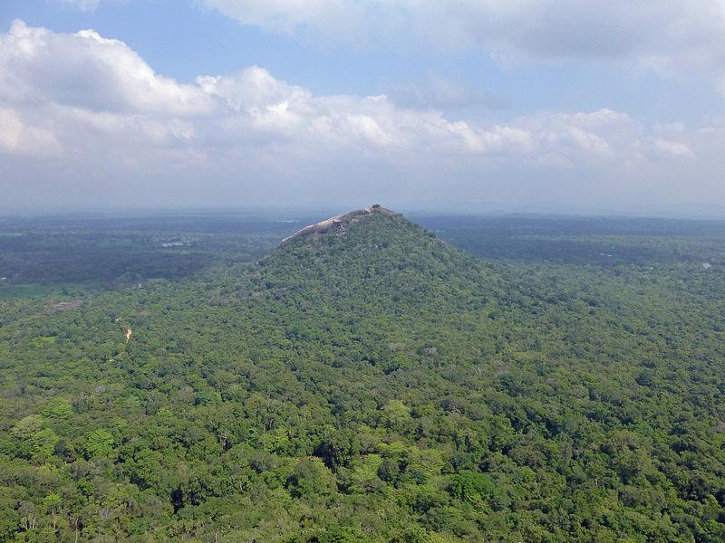 Ji-Elle, Pidurangala Rock depuis Sigiriya (2), CC BY-SA 3.0 Via Wikimedia Commons
