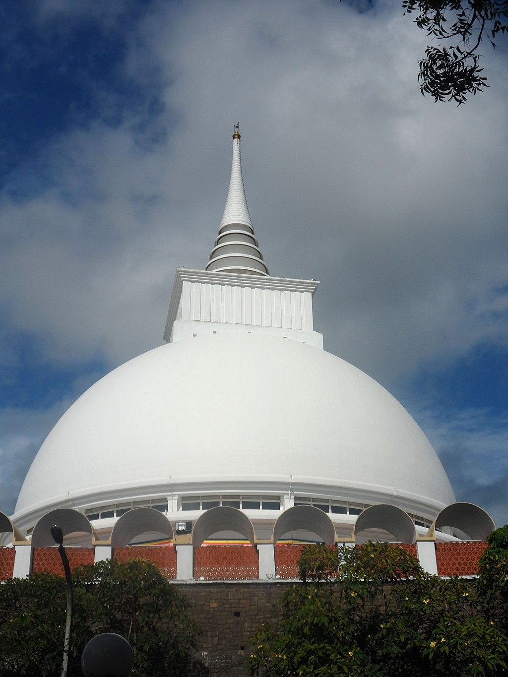 "Kalutara Bodhiya | Image Credit: Yoshan Bisanka, <a href=""https://commons.wikimedia.org/wiki/File:Kalutara_Temple_-_panoramio.jpg"">Kalutara Temple - panoramio</a>, <a href=""https://creativecommons.org/licenses/by/3.0/legalcode"" rel=""license"">CC BY 3.0</a>"